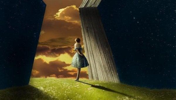 Pige kigger ud mod himmel og tænker over, hvordan vi var engang