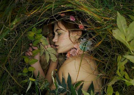 Pige ligger i græs