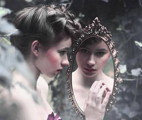 pige udforsker sit spejlbillede