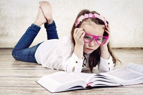 En pige er udmattet af at læse, fordi hu ner et af de pressede børn