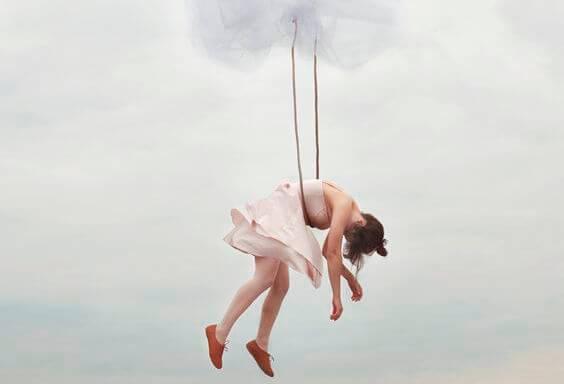 Ballerina hænger i reb, hvor hun er bukket under for svimmelhed