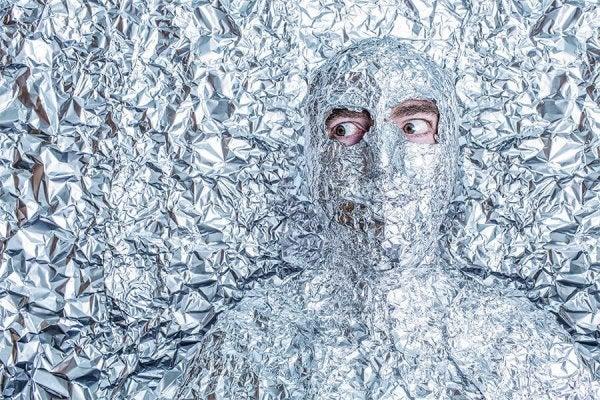 Mands hoved er skjult under sølvpapir