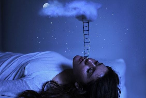 Kvinde drømmer, stige kommer ud af hendes mund og fører op til en sky
