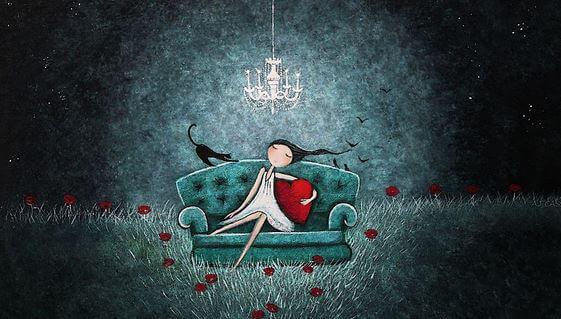 Pige på sofa holder om hjerte