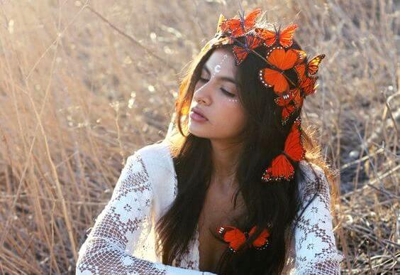 Kvinde med sommerfugle i håret