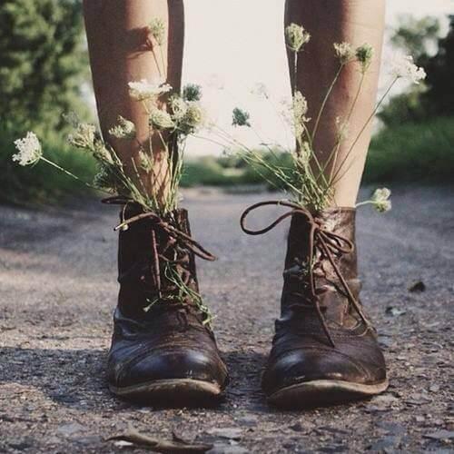 Støvler med blomster i viser, hvor frit man kan opføre sig, når man er alene