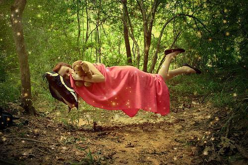 En pige svæver i skov symboliserer søvnlammelse