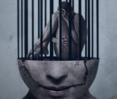 Mand i bur i hjerne symboliserer tvangstanker