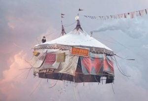 Cirkustelt i skyer