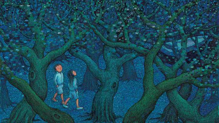 To mennesker går gennem en mørk skov til en båd