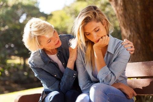En mor trøster datter ved hjælp af sociale evner