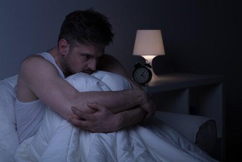 Mand sidder vågen om natten på grund af lyst til onani
