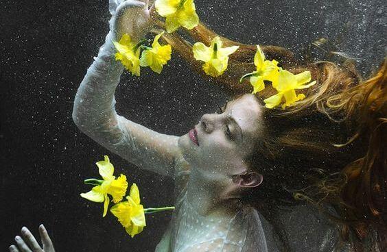 Kvinde i vand med gule blomster