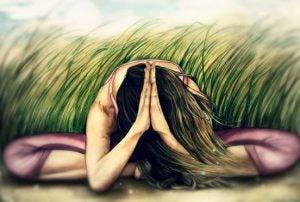 Kvinde dyrker yoga på mark for at berolige rastløst sind