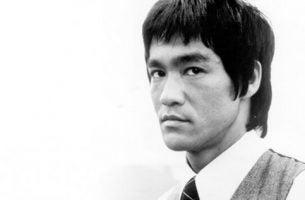 Sort hvid billede af Bruce Lee