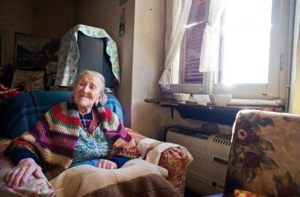 Ældre kvinde nyder et liv som single