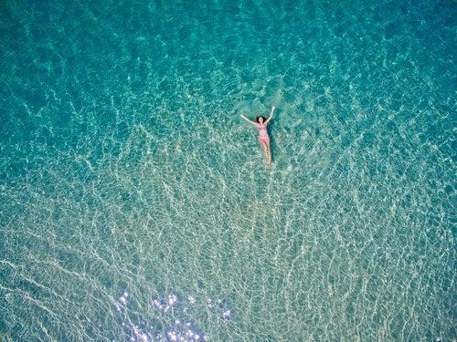 Kvinde flyder alene i havet