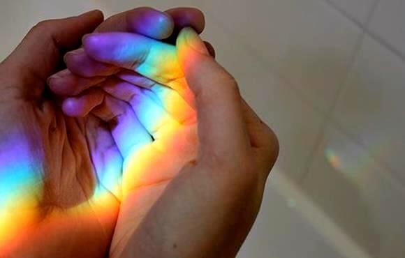 Regnbue reflektion på dine hænder. Det er dit valgt at vælge hvilke farver du vil male dit liv med