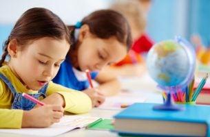Børn lærer ved hjælp af Kumon undervisningsmetoden