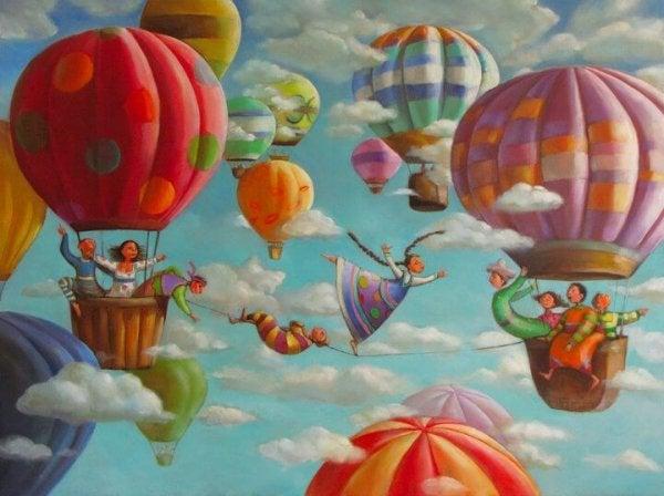 Glade personer går på line mellem luftballoner