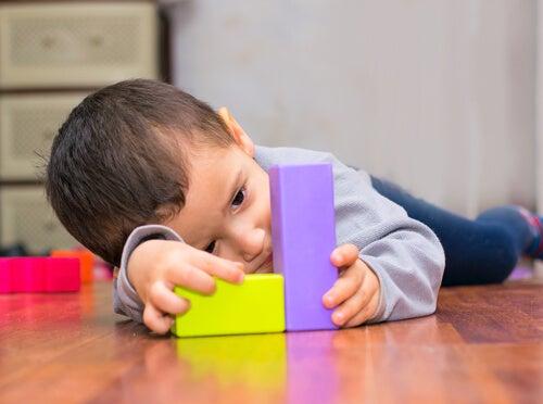 Barn med klodser følger Kumon undervisningsmetoden