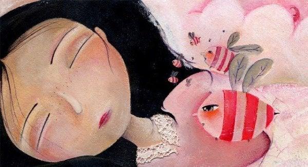 Pige sover med bi på bryst