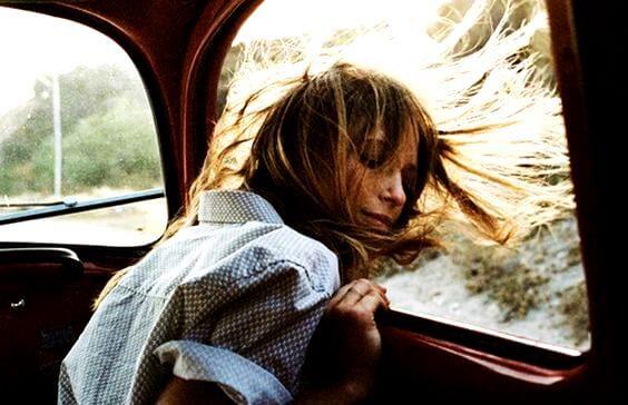 Kvinde i bilvindue kobler af