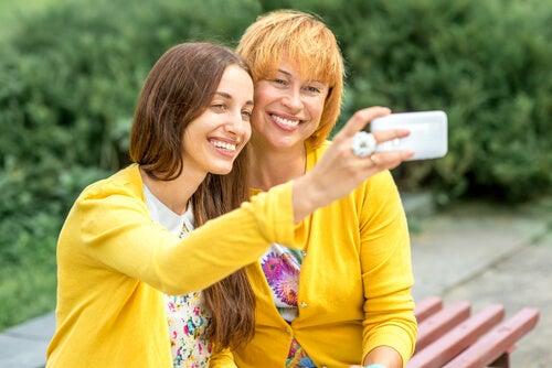 Mor og datter tager billede sammen