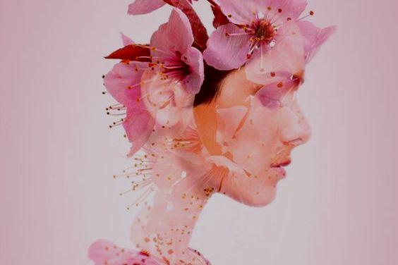 Kvindes ansigt lavet af blomster