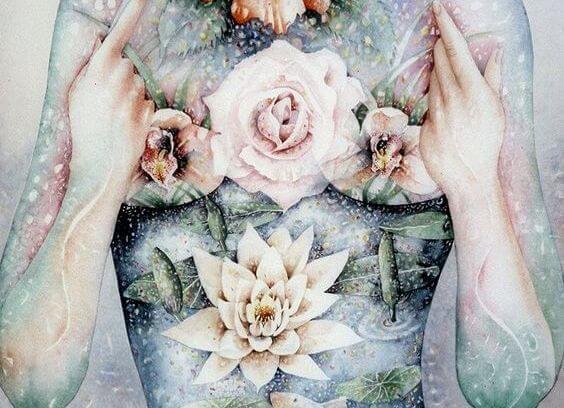 Blomster foran bryst symboliserer alt godt i verden
