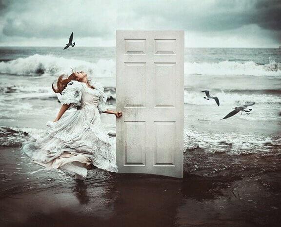 Kvinde i havkant med hvid dør