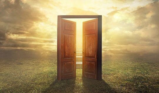 Åben dør mod solen symboliserer forudanelser