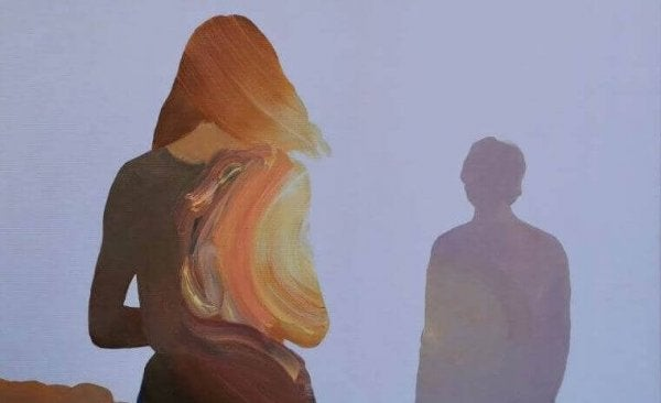 Kvinde tager afstand fra mands skygge