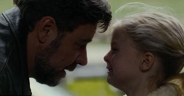 Pige, der er blevet forladt af far, møder ham igen og græder