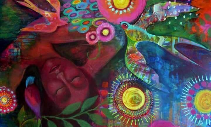 Kvinde blandt fugle og farverige mønstre