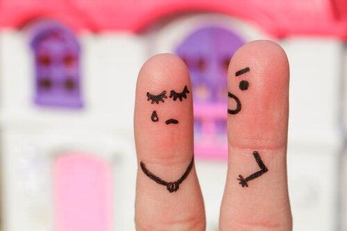 Fingre med ansigter råber af hinanden, hvilket ofte er årsagen til afsluttede forhold