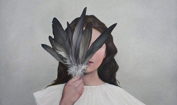 Kvinde gemmer ansigt bag fjer