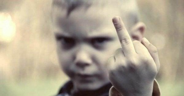 Et barn giver kameraet fingeren