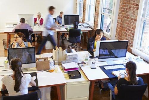 Personer på kontor arbejder