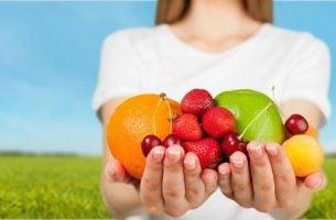 Kvinder har hænderne fulde af frugter, som er superfoods