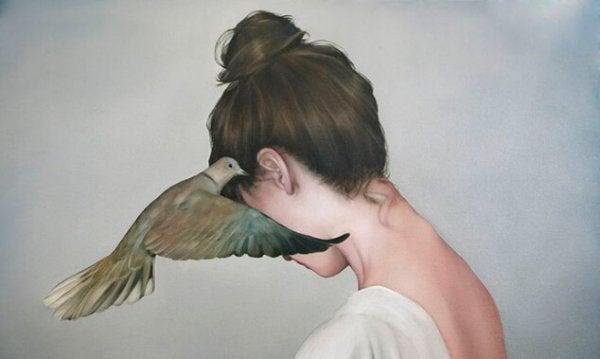 Fugl hvisker kvinde i øret