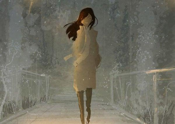 Kvinde er ved at gå en tur på en bro