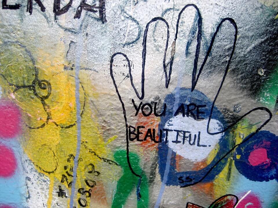 """Grafitti med tekst """"du er smuk"""""""
