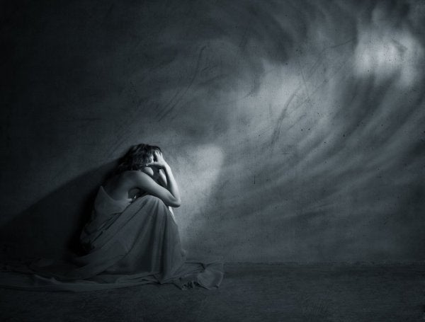 Depressiv kvinde i grotte viser, hvordan nogle følelser skader din krop