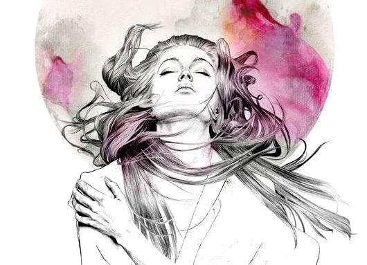 Kvinde med vind i håret omfavner sig selv