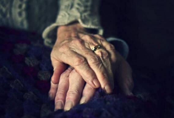 Ældrer par holder i hånden