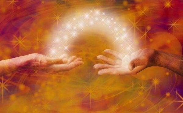 Lys mellem to hænder symboliserer den positive effekt af ærlighed