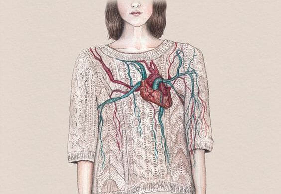Kvinde med hjerte udenpå trøjen