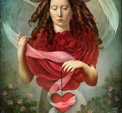 Kvinde holder hjerte i snor