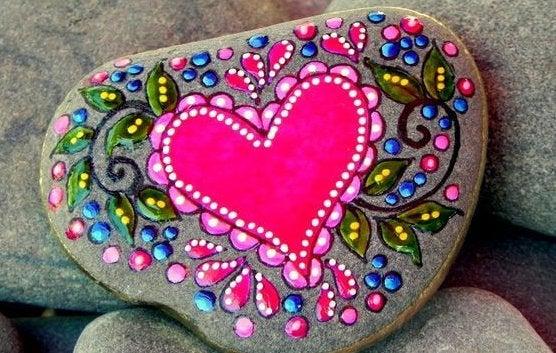 Sten malet med hjerte på